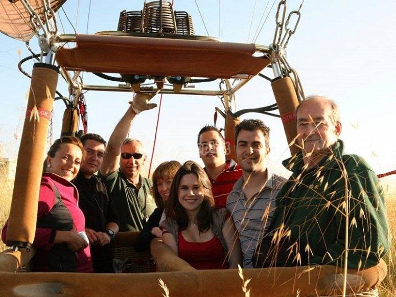 Grupo de participantes en la cesta del globo