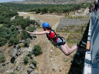 Bungee jumping con camicia rossa