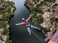 Salto puenting sin miedo sobre el río