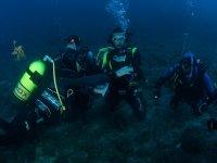 Explorando el fondo marino, en buceo