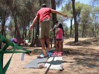 Cuerda de equilibrio durante el campamento