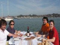 在船上享用早餐在甲板上贝壳海滩一顿饭