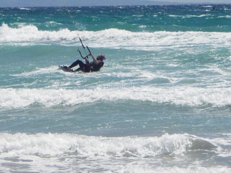Práctica de kitesurf en mar