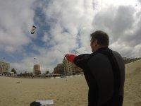 Alumno de kite en la arena