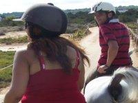 路线夫妇骑骑马旅游岛