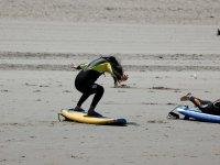在沙滩上练习冲浪板