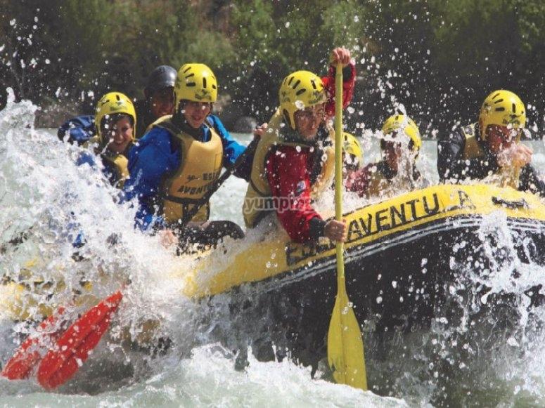 Atravesando aguas bravas en rafting