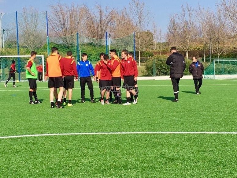 Jovenes jugando al futbol