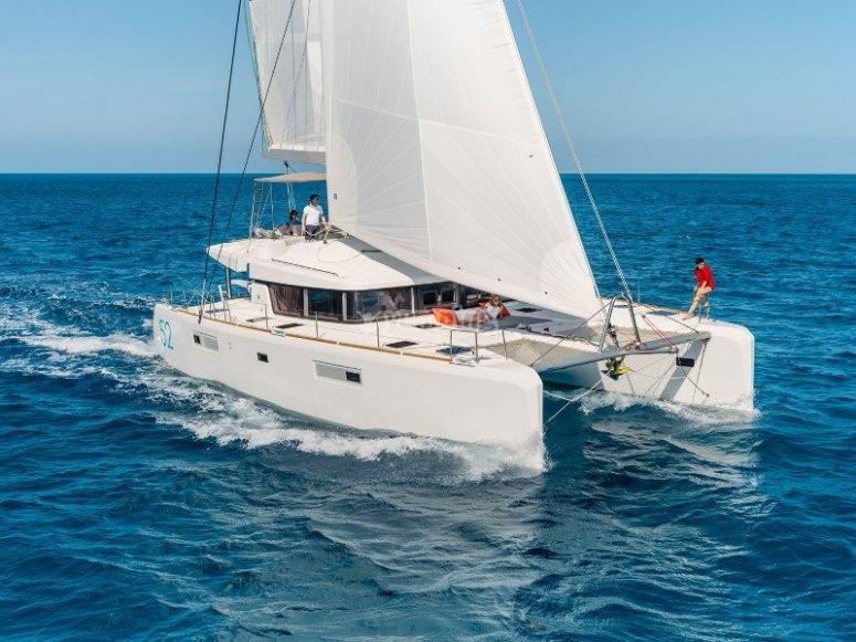 Actividad en catamarán por la costa alicantina