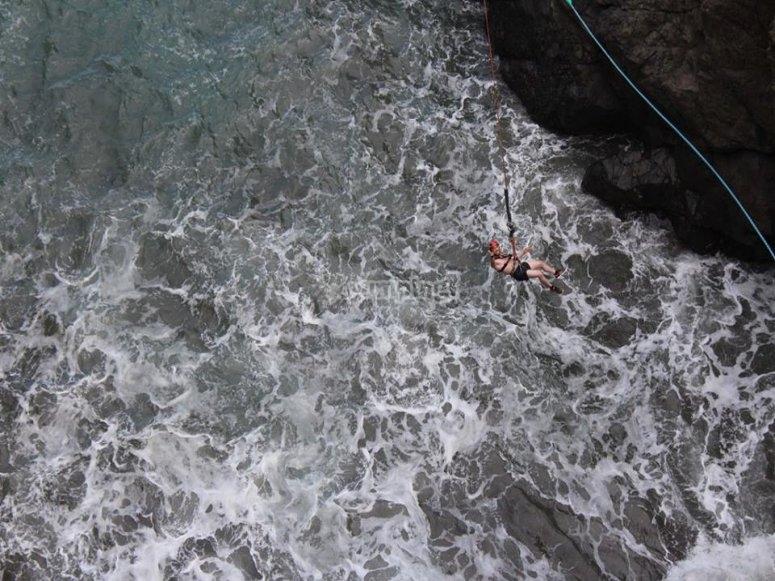 Colgando sobre el mar tras el salto