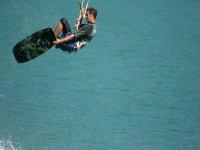 Un salto en la tabla de kitesurf