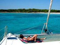 在船上晒日光浴