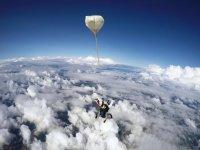 Salto en paracaídas con monitor