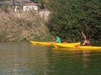 Piraguas juntas por el río