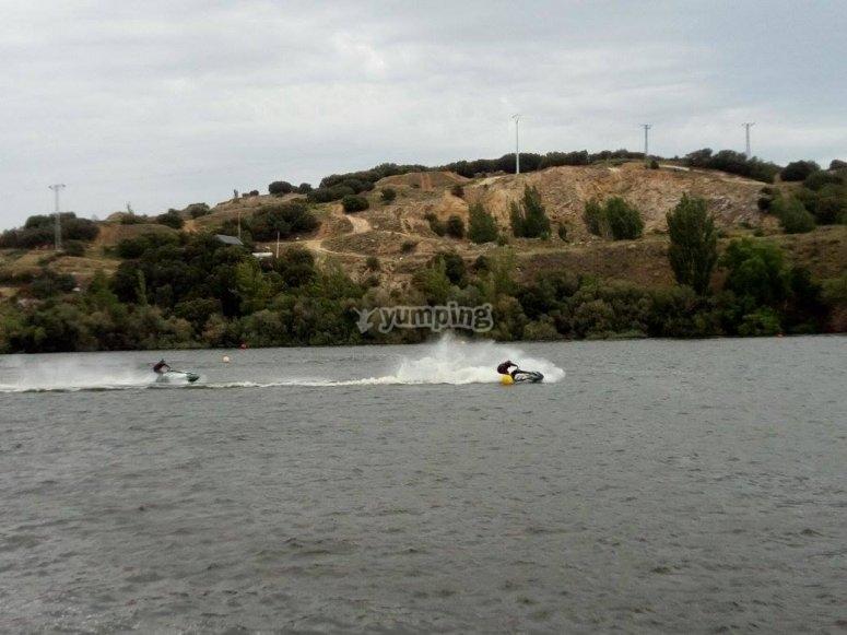 Pilotar moto de agua en embalse cerca de Madrid