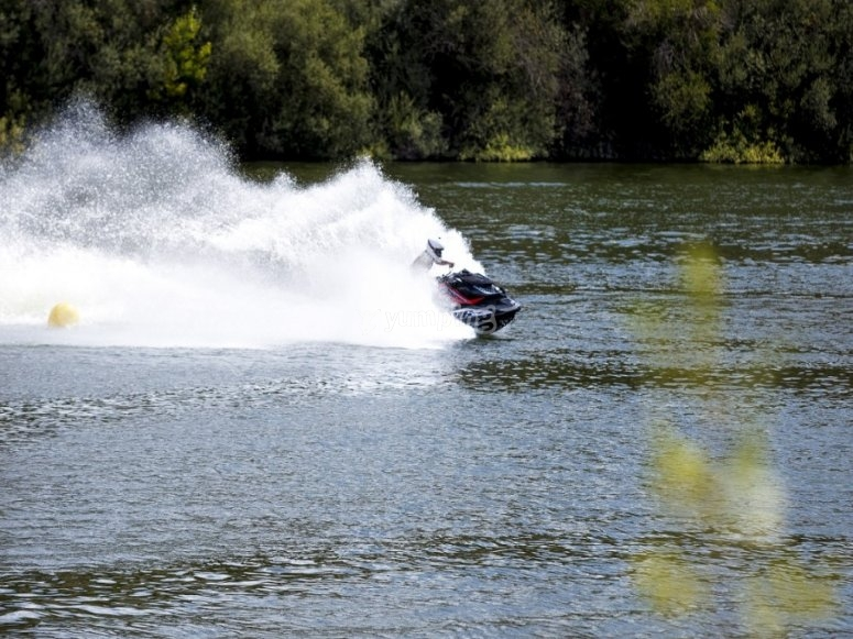 Moto acuática a toda velocidad
