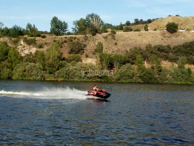 Pilota moto acuática en Los Ángeles de San Rafael