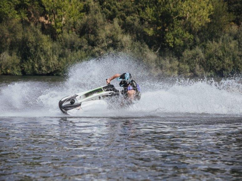 在水上摩托车上进行滑水训练