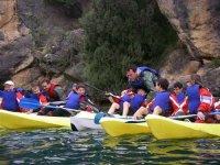 的基团,导师行动帮助儿童皮划艇 -