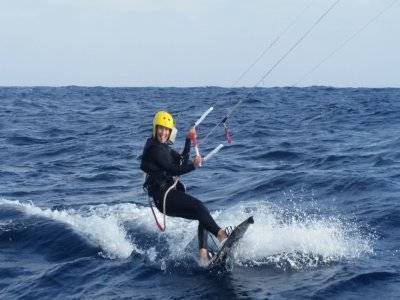 Kitesurfing class with support vessel