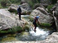 barranquistas照片跳跃在游泳池