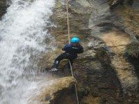 Bajando con la ayuda de una cuerda