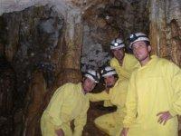 下到洞穴腔与朋友