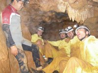 昆卡新洞穴探险者在洞内坐