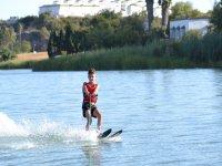 孩子滑水在加的斯水库滑雪水域滑水