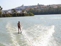 Peque在水库中滑雪