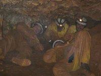 Pasando por una estrechez de la cueva