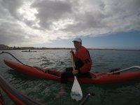 Ruta en kayak en día nublado
