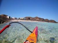 Kayak sobre aguas cristalinas