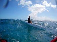 Cogiendo la ola con el kayak