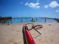 Kayaks en la orilla de la playa