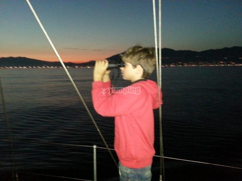 Mirando al frente con los prismaticos