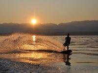 wakeboard al atardecer