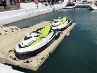 Motos de agua aparcadas en el puerto