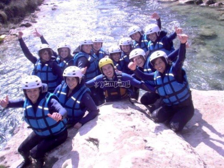 Amigas haciendo rafting