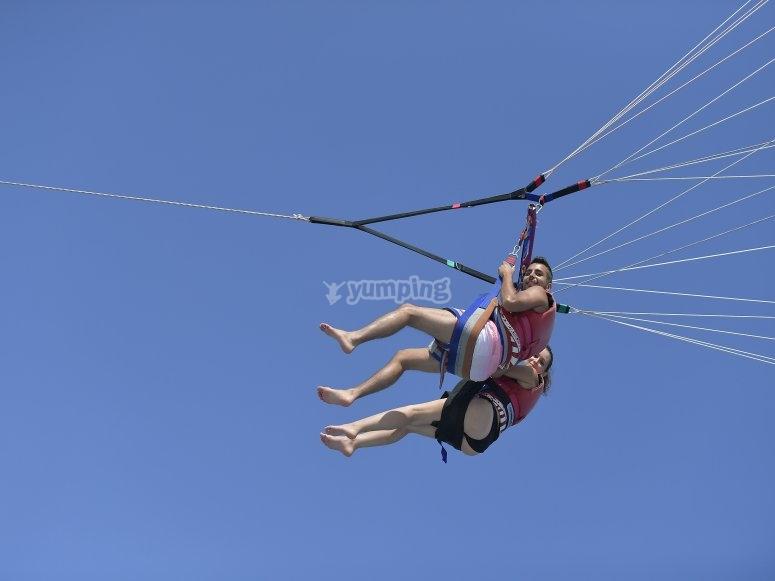 Pasajeros en el parasailing