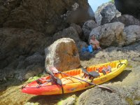 Parada con los kayaks en la cala