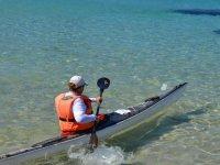 Navegando en kayak individual en Ibiza