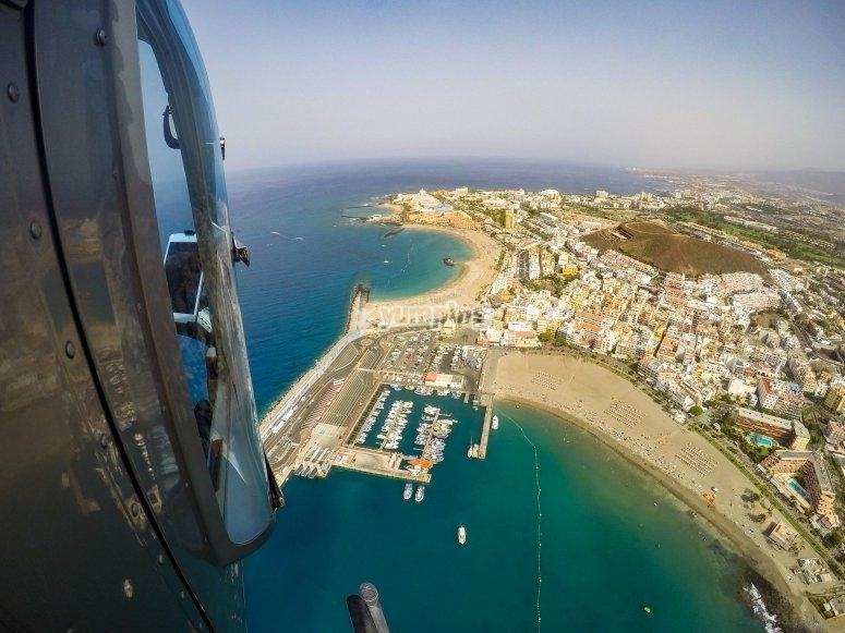 Divisando la costa canaria desde el helicóptero