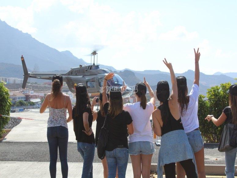 Despidiendo al helicóptero