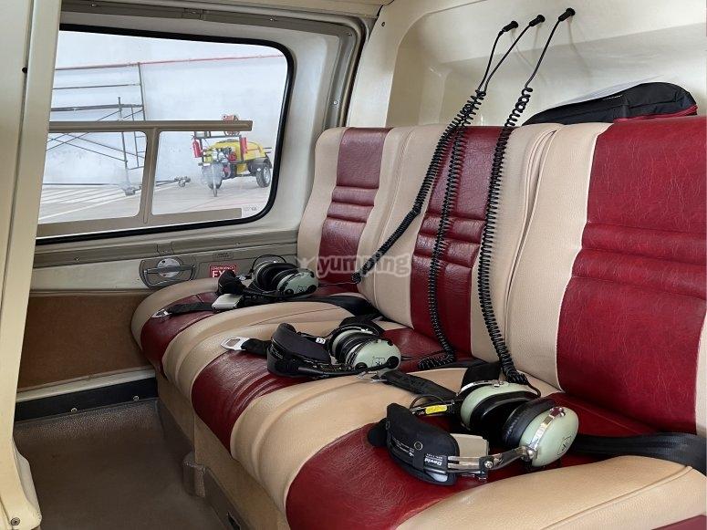Asientos de la cabina trasera del helicóptero