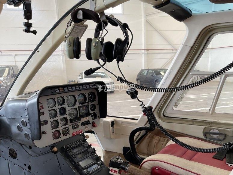 Interior de la cabina del helicóptero