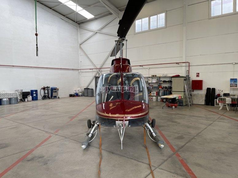 Helicóptero en el interior del hangar
