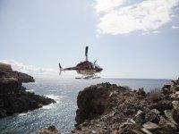 Helicóptero volando bajo sobre la costa