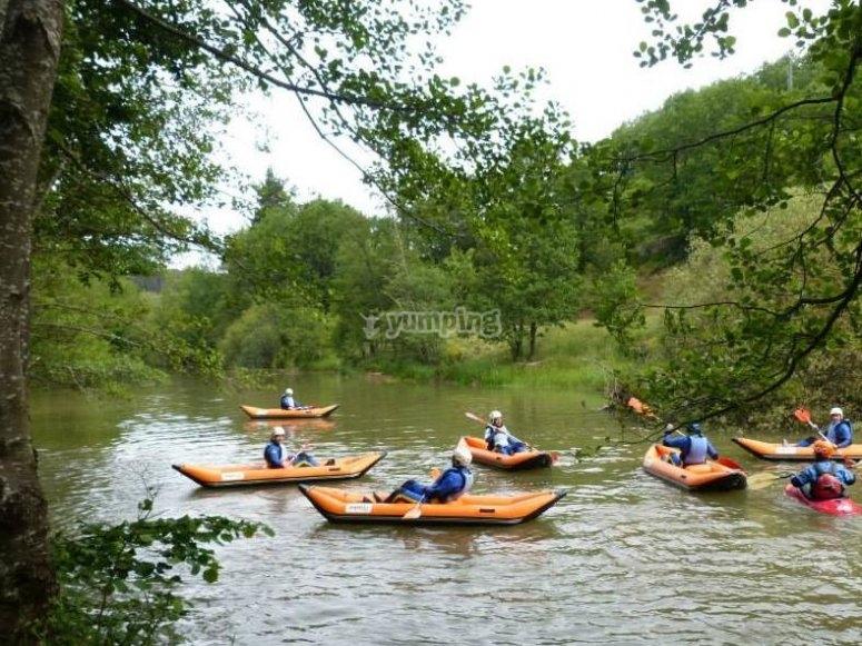 Descendiendo el rio en canoa