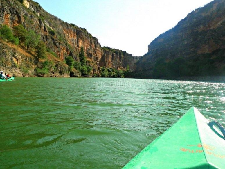 乘独木舟为河流